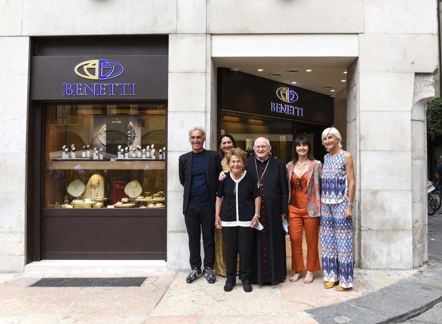 La famiglia Benetti inaugura la nuova gioielleria a Verona.