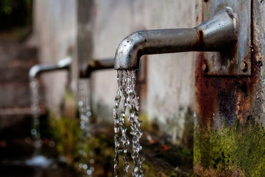 Siccità e consumi non consentiti di acqua potabile, i Comuni emanano le ordinanze