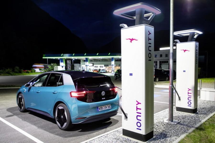 Auto: per gli italiani il futuro è l'elettrico
